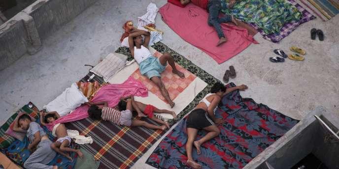 A New Delhi, des habitants dorment sur le toit d'une maison, vendredi 29 mai 2015.