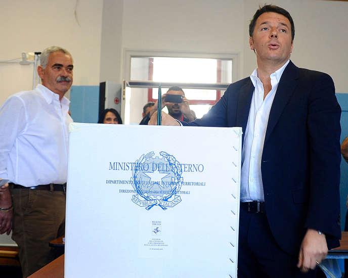 Le président du conseil italien, Matteo Renzi, vote, le 31 mai, à Pontassieve, près de  Florence.