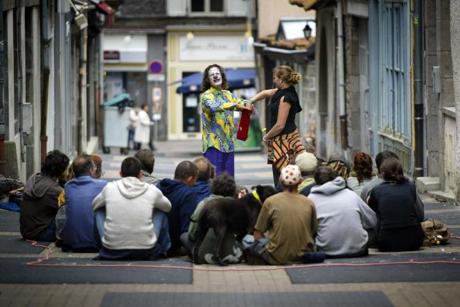 Dans les rues d'Aurillac en 2007 durant son célèbre festival international de théâtre de rue.