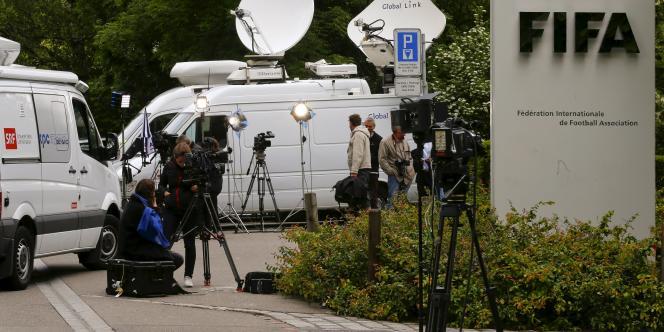 Les médias devant le siège de la Fédération internationale de football association (FIFA) à Zurich, en Suisse.