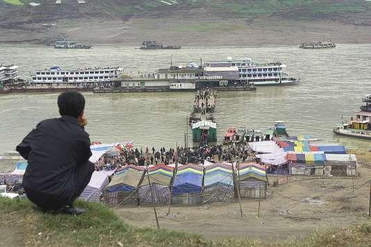 Un homme regarde les bateaux sur la rivière Yangzi, le 27 February 2016, dans la ville de Fengjie.