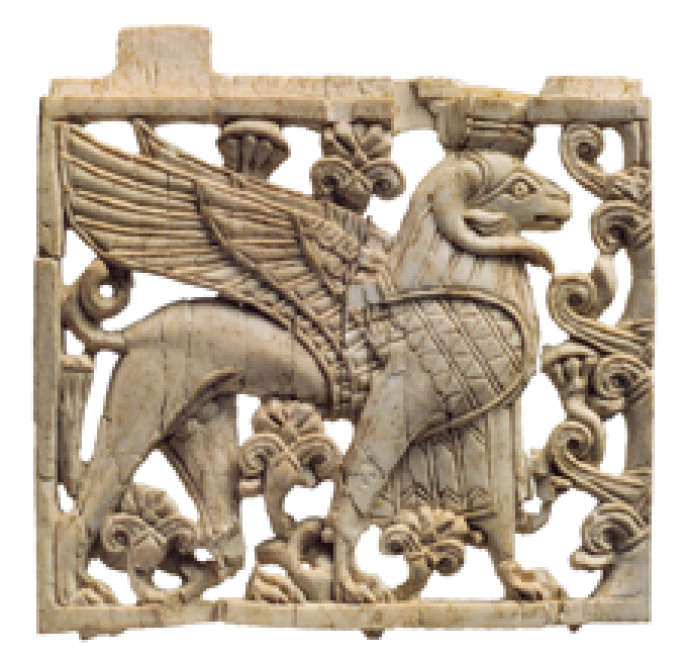 Plaque d'ivoire représentant un sphinx à tête de bélier de style phénicien, période néo-assyrienne (ca. IXe – VIIIe s. av. J.-C.), 7,8 x 8 x 0,8 cm.