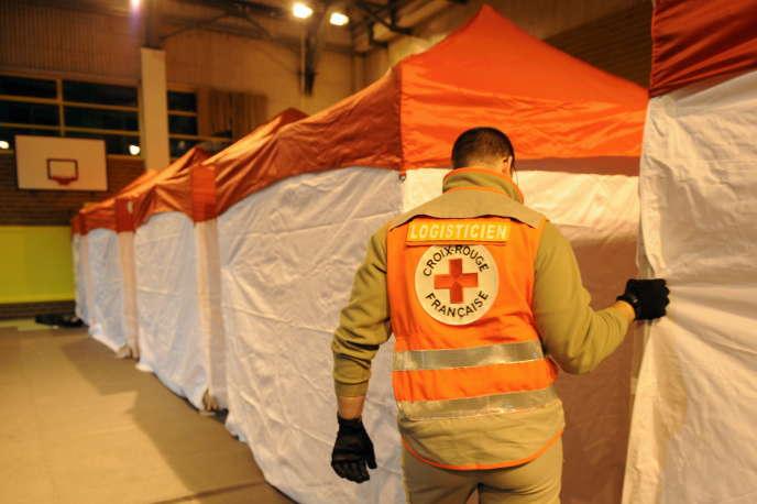 Un salarié de la Croix-Rouge française dans un entrepôt de Lyon, en novembre 2010.