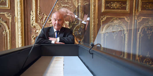 """Gérard Lhéritier, le président de la société Aristophil, mis en examen, et le manuscrit des """"Cent-vingt journées de Sodome"""", de Sade, en avril 2014."""