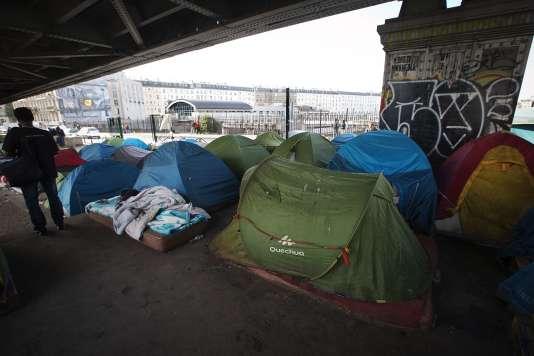 Un camp de réfugiés installé sous le métro La Chapelle à Paris, en juin 2015.