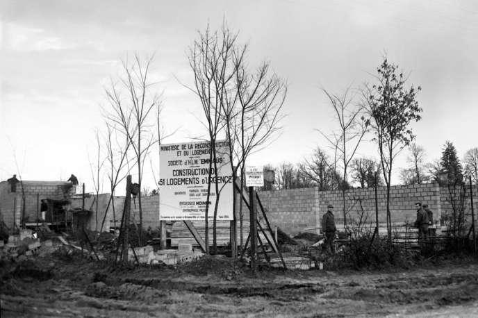Les aides personnelles ont certainement contribué à ce que les logements inconfortables rattrapent le niveau de confort des logements des catégories aisées (photo: chantier de logements d'urgence d'Emmaüs, en 1954).