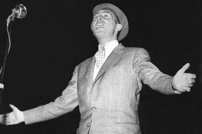 Le chanteur français Charles Trenet donne un spectacle à Paris en 1951.