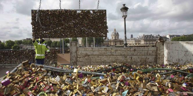 Intervention pour retirer les cadenas sur le Pont des Arts à Paris, le 1er juin.