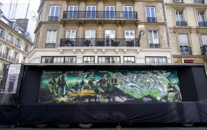 Le camion exposant la fresque de Banksy et Inkie, réalisée en 1998 sur la paroi d'un semi-remorque, garé devant l'hôtel des ventes Drouot.
