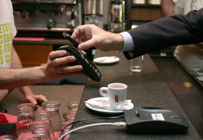 La technologie NFC permet de régler des achats en passant une carte bancaire ou un téléphone portable devant un terminal de paiement. Un système jugé