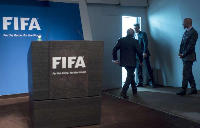 Le président de la FIFA, Joseph Blatter, quittant la conférence de presse donnée à Zurich, mardi 2 juin.