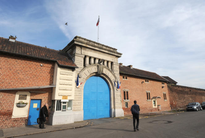 Devant la maison d'arrêt de Loos (Nord), en 2008.