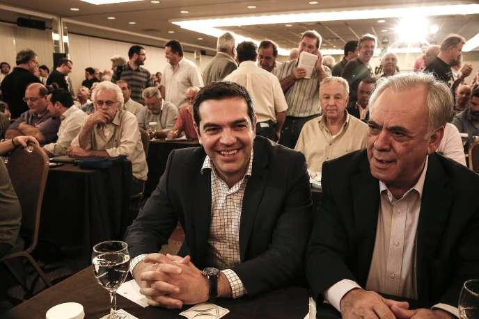 Alexis Tsipras et le député Yannis Dragasakis lors d'un comité central du parti Syriza à Athènes, Grèce, le 23 mai 2015.