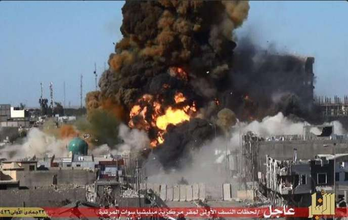 Ramadi, le 15 mai. Un bulldozer chargé d'explosifs attaque le centre administratif de la ville.