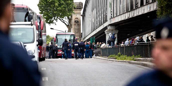 Evacuation par la police du campement de migrants à la station La Chapelle, à Paris, mardi 2 juin.