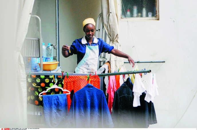 La plupart des domestiques vivent sur leur lieu de travail. La directive leur interdisant d'avoir la moindre relation privée risque de relancer la pratique de l'enfermement.
