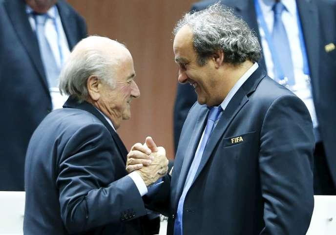 Michel Platini et Sepp Blatter après la réélection de ce dernier lors du 65e congrès de la FIFA le 29 mai 2015 à Zurich.