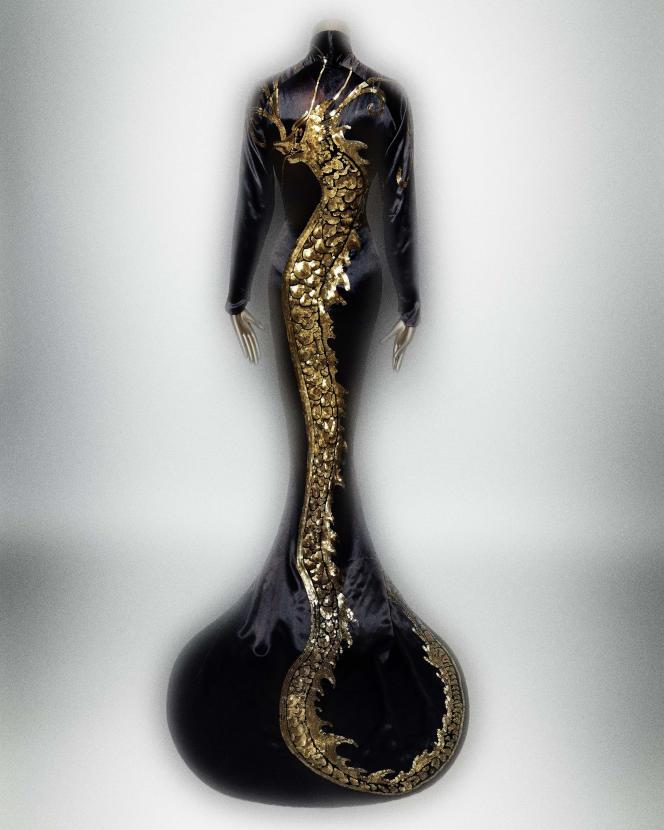 Robe en soie noire rebrodée or, dessinée en 1934 par Travis Banton pour Anna May Wong et portée dans «Limehouse Blues», d'Alexander Hall.