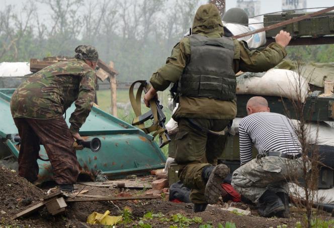 Des militaires ukrainiens ripostent aux tirs de séparatistes prorusses, dans l'est de l'Ukraine, le 30 mai 2015.