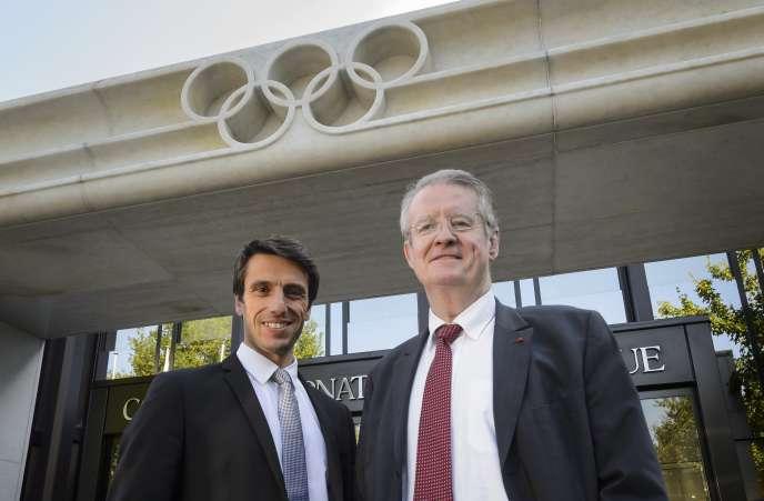 Bernard Lapasset (à droit de l'image) devant les locaux du Comité international olympique, le 3 juin, aux côtés du champion olympique de canoë Tony Estanguet.