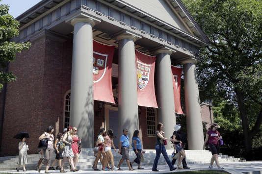 Visite de groupe sur le campus de l'universitéHarvard, à Cambridge (Massachusetts).