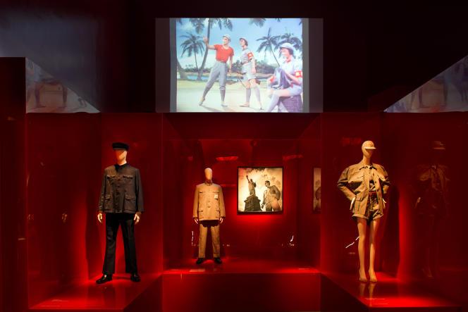 Le costume Mao et ses déclinaisons occidentales. Une vitrine de l'exposition