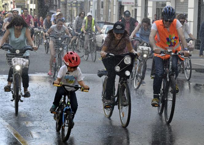 Une longue « véloparade » a réuni, sous le soleil, plus de 7 000 personnes mercredi après-midi, au cours du congrès Vélo-city à Nantes.