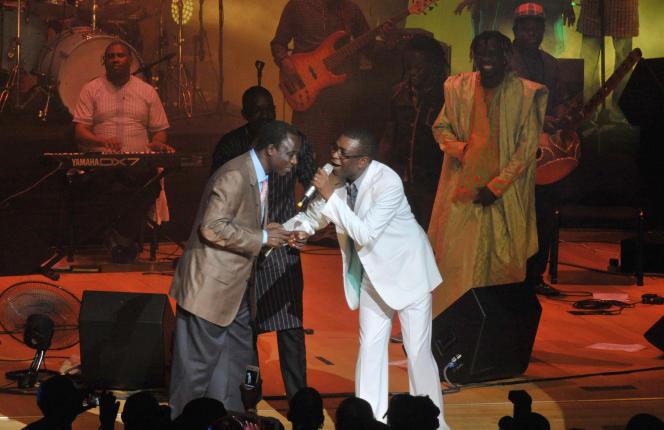 Thione Seck (à gauche) en compagnie de Youssou N'Dour lors d'un concert en 2012.