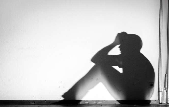 Silhouette d'un homme derrière un écran blanc, Dresde, Allemagne, 1 février 2015.