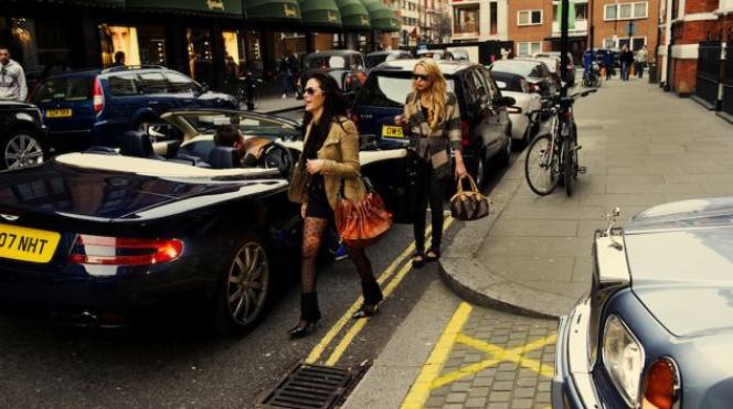 Des clients devant le magasin londonien Harrods.