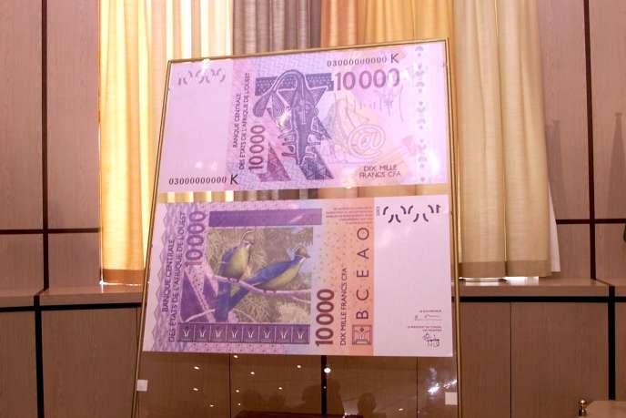 Présentation du modèle d'une coupure de 10 000 francs CFA (6,5 euros), 23 juin 2003, Abidjan.