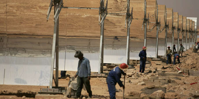 Sur le chantier de construction de la centrale solaire de Beni Mathar au Maroc, en 2009.