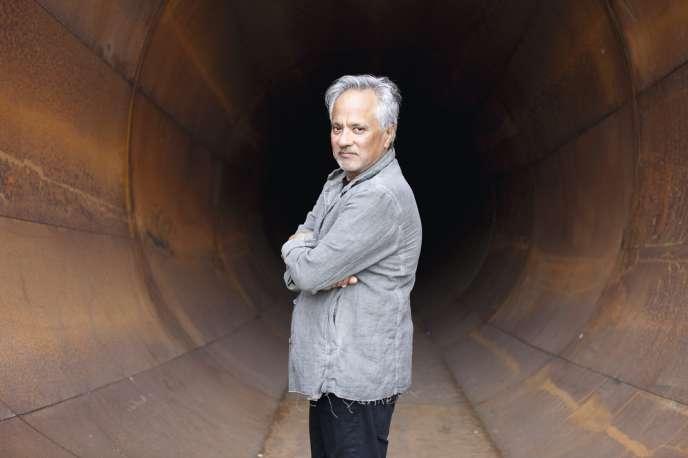 L'artiste Anish Kapoor dans son œuvre « Dirty Corner».