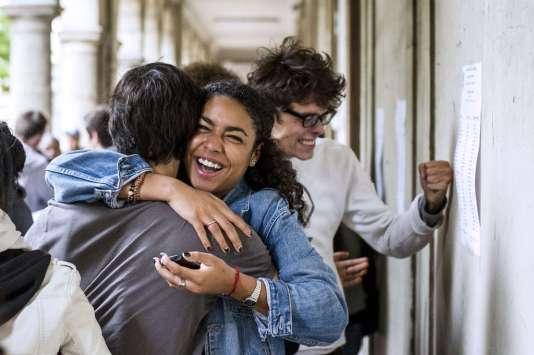 Des lycéens fêtent leur obtention du baccalauréat, au lycée Arago de Paris, le 5 juillet 2013.