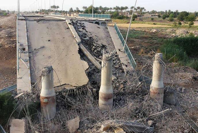 Un pont traversant l'Euphrate au nord de Ramadi, en Irak, détruit par le groupe Etat islamique, en juin 2015.