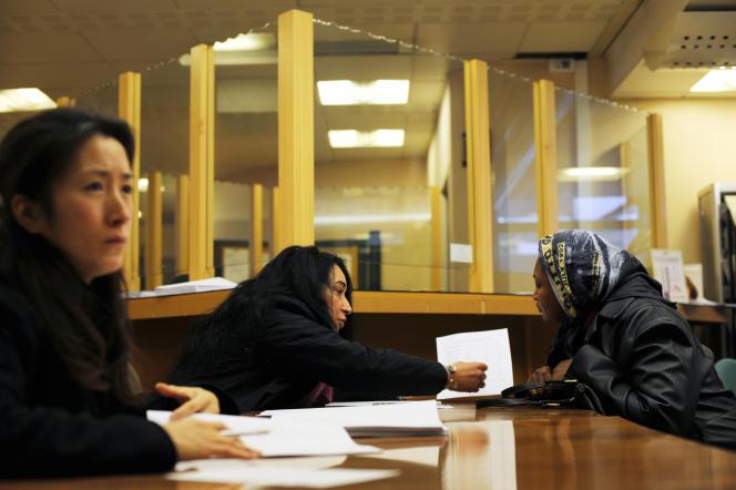 Une personne s'entretient avec un fonctionnaire lors du dépôt de son dossier de demande de logement au titre de la loi sur le droit au logement opposable,  en janvier 2008, à la préfecture de Paris.