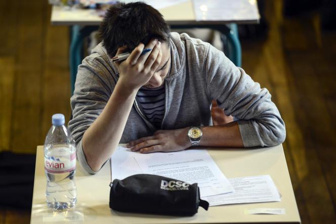Un étudiant durant l'épreuve de philosophie du baccalauréat à Paris, le 16 juin 2014.