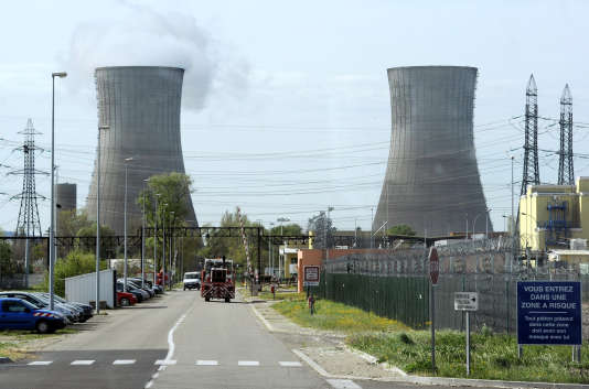 Vue des deux gigantesques tours réfrigérantes et leur panache de vapeur de la plate-forme Areva du Tricastin, le plus important site d'enrichissement d'uranium en Europe (650 ha), le 4 avril 2011 en bordure du Rhône, entre la Drôme et le Vaucluse.