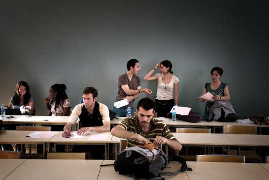 Des étudiants s'installent dans une salle de cours de l'université Lyon-2, le 22mai2009.