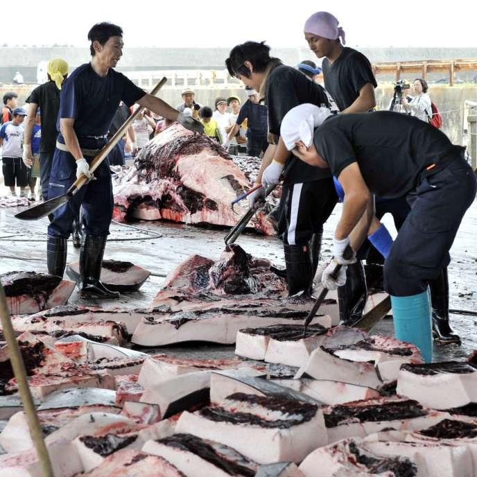 Des pêcheurs découpent le produit d'une pêche à la baleine au port de Wada, dans la préfecture de Chiba, en juin 2008.