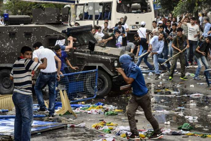 Après l'explosion, sur une place de Diyarbakir, le 5 juin en Turquie.