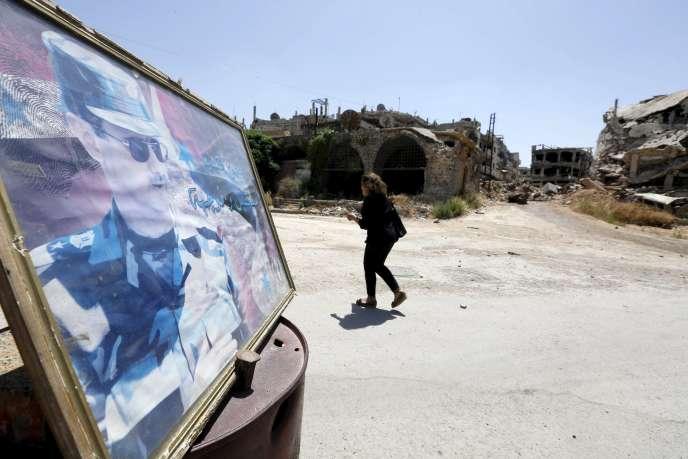 Un portrait de Bachar Al-Assad dans une rue de la vieille ville de Homs (ouest de la Syrie), le 3juin.