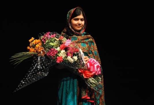 Malala Yousafzai, prix Nobel de la paix, reçoit un bouquet lors d'une conférence donnée à la Bibliothèque de Birmingham (Angleterre), le 10 octobre 2014.
