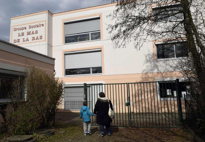 L'ex-directeur d'école avait été mis en examen et écroué pour des viols sur 61 enfants lors de ses différentes affectations en Isère et dans le Rhône .
