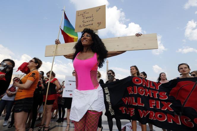 Des prostitués manifestent sur l'esplanade du Trocadéro, à Paris, le 5 juin, pour exprimer leur opposition au texte en seconde lecture à l'Assemblée nationale dès le12juin 2015.