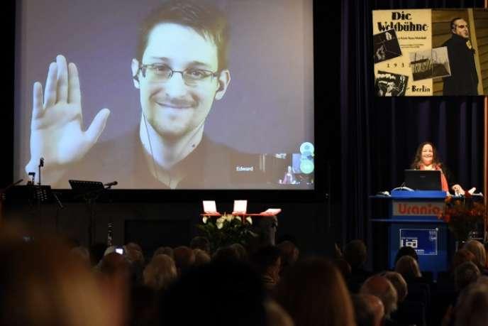Edward Snowden participe, à distance, à de nombreuses conférences. Ici, à Berlin, en décembre 2014.
