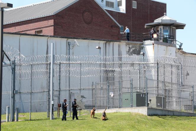 Le 6 juin, devant la prison de Dannemora, comté de Clinton (Etat de New York) où deux détenus se sont évadés.
