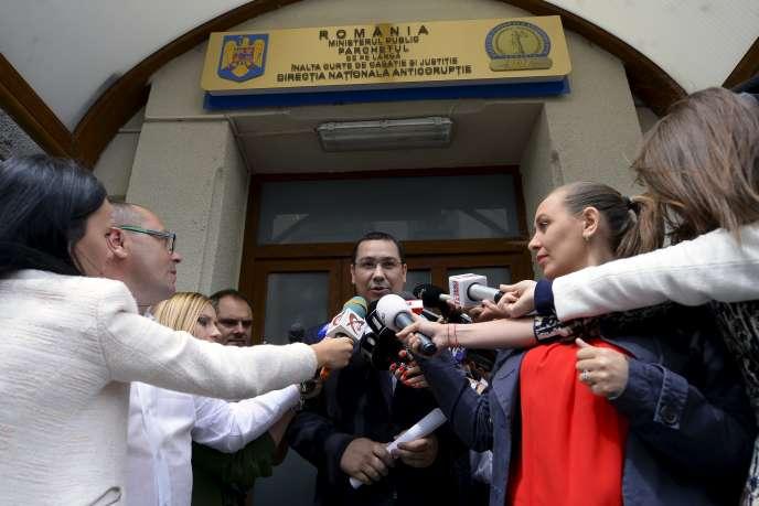 Le premier ministre roumain, Victor Ponta, s'adresse à la presse à sa sortie du Parquet national anticorruption (DNA) à Bucarest, le 5 juin.