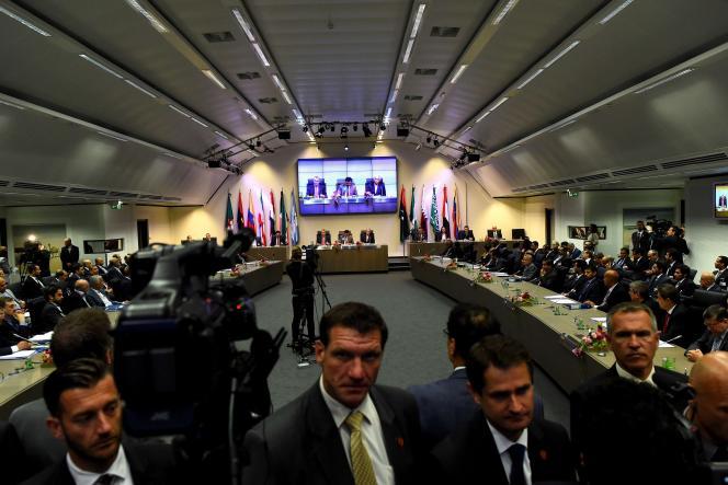 L'OPEP, réunie à Vienne jeudi et vendredi, a confirmé sa politique : le maintien de son quota officiel de production de 30 millions de barils par jour (photo: ouverture de la réunion de l'OPEP, le 5 juin, à Vienne).