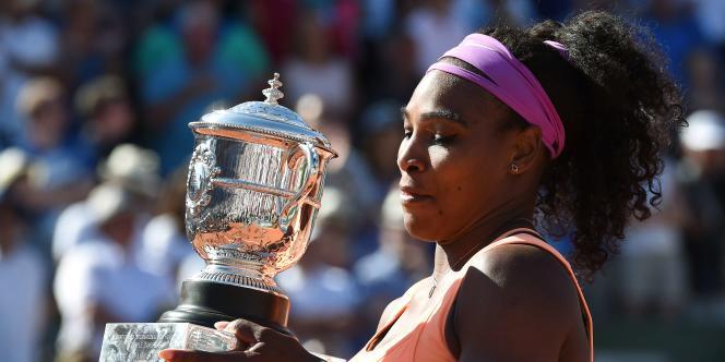 Serena Williams contemple son trophée, le troisième remporté à Roland-Garros. Pour cela, elle a battu samedi en finale Lucie Safarova.